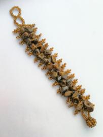 Roest kleurige armband met ingelegde steentjes. 2,5 x 18 cm