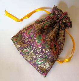 Schitterend handgemaakt en met satijn gevoerd stoffen batik zakje. Om je haarspeldjes in te bewaren of als cadeau zakje. Met aantrekkoordje. 13,5 x 11cm