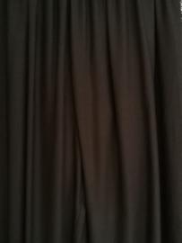 Broek  zwart. Met breed elastiek in taille/ heupband, sierkoordje aan voorzijde, opgestikt zijvakje en elastiek in enkels. Ruimvallende pijpen en normale hoogte kruis. 100% rayon. Binnenbeenlengte  70 cm  Maat 44-46.