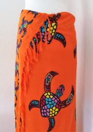 Sarong Bali Turtle oranje. Symbool voor een lang leven, kracht en betrouwbaarheid. 115 x 160 cm. 100% rayon (kunstzijde) wasbaar op 30 graden.  Met sarongknoop.