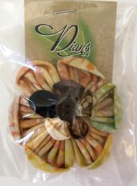 Grote batik broche met kokosknoopje. Uit Dian's Boutique. Max 1 product per bestelling.