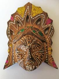 Prachtig handwerk dit masker uit de Barong dans. Als grote koelkastmagneet van 12x10,5 cm. Gebatikt hout. Levering uit assorti.