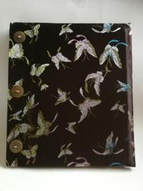 Handgemaakt opschrijfboek dark Choklat. Ongebleekt rijstepapier met schitterende velourse stoffen kaft vol vlinders. met drie kokosknopen 20x23x1,5 cm.