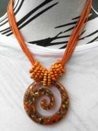 Neckless met water/wave symbool oranje. Stroom mee mee wat het leven je brengt. Totale lengte 44 cm.