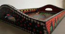 Dienblad. Schildpad symbool voor vastberadenheid, bescherming en uithouding. Handbeschilderd  hout, geinspireerd door de Aboriginals. 30x21 cm