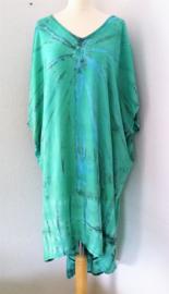 Schitterende oversized tie dye kaftan met unieke print.  Aangeknipte mouw en a-symetrische zoom. Lang model. Bovenwijdte 168 cm, lengte voor 103 cm, lengte achter 126 cm. 100% rayon.