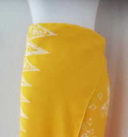 Bali authentieke ceremonie sarong, geel/wit. 150 X 115 cm Wasbaar op 30 graden. Met sarongknoop.