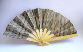 Kleurrijke waaier. Bamboe met batik stof. 19 cm. Max 1 product per bestelling.