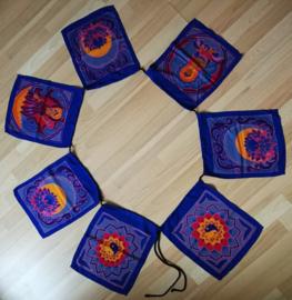 Vlaggenlijn 'meditatie'.  Batik handwerk. 7 vlaggen van 33x26 cm met 4 afbeeldingen. Lengte inclusief koord  3 meter. 100% rayon