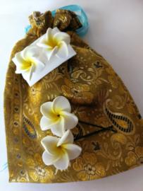 Schitterend en gevoerd handgemaakt stoffen batik zakje met frangipani oorstekers en twee frangipani schuifspeldjes
