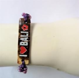 Macramé bracelet 'Í love Bali' paars. Met houten plaatje en kraaltjes. Verstelbaar tot 30 cm. Handwerk.