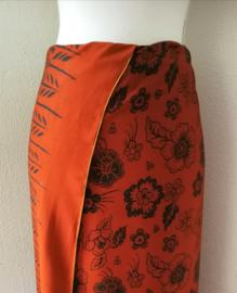 Exclusieve Balinese ceremonie sarong choco/zwart. 120 X 160 cm Wasbaar op 30 graden. Met sarongknoop.