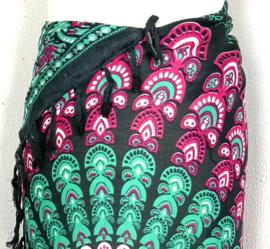 Sarong pauw, zwart/groen/bordeaux. Symbool van onsterfelijkheid.