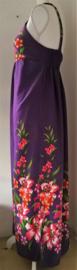 Jurkje 'Purple Bali Dream. Bovenlijfje met verstelbare schouderbandjes, halve elastische taille en loopsplitje.  Lengte vanaf de schouder 1.40 cm. Bovenwijdte tot max 95 cm. Taille tot max 1.05 cm. Heup 1.08 cm. Maat 36 t/m 40. 100% rayon.