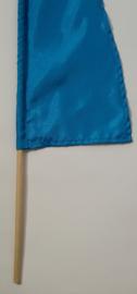 Umbul Umbul vlaggetje blauw 56 cm. Umbul Umbul betekent 'staart van de draak'. De vlag wordt in de grote versie van 3 meter ter  bescherming gebruikt bij Balinese ceremonies. De  onderkant van de vlag vrij moet hangen, om boze geesten te weren.