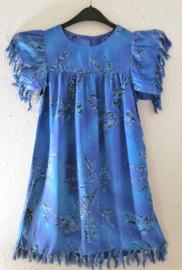 Collectors item van eigen label. Feestelijk jurkje. Maat 116. (5/6 jaar) Met grappige sarong details. Sluit met knoopje in de nek. 100% rayon. Machinewas op 30 graden.