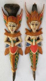 De Hindoe god en godin Rama en Sinta. Poppen die symbool staan voor de liefdevolle man die zorg draagt voor zijn vrouw. Inclusief het gehele verhaal op A4. Prachtig beschilderd houtsnijwerk. 53 cm lang.  Set van twee..