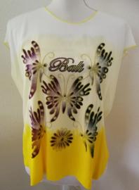 Tie dye shirt met Bali vlinders. T line en aangeknipt mouwtje. 1.04 cm wijd en 66 cm lang. Maat 36 - 42. 100% rayon.