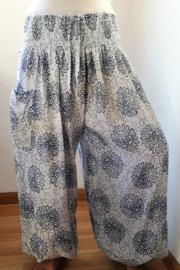 Broek 'Bali Art wit/blauw. Met breed elastiek in taille/ heupband, sierkoordje aan voorzijde, opgestikt zijvakje en elastiek in enkels. Ruimvallende pijpen en normale hoogte kruis. 100% rayon. Binnenbeenlengte  70 cm Maat 44 t/m 56.