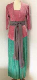 Weergaloos Balinese set. Velours kebaya oud roze. Bovenwijdte tot 94 cm. Taille tot 90 cm. Lengte mouwtje 37 cm. Maxi rok met twee loopsplitten. Elastische band achter. Taille 75 cm, lang 99 cm. 100% rayon. Met selendag. Maat 38/40.