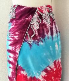 Bijzondere tie dye sarong 'hartenvlinders'. Zware kwaliteit, met opgeborduurde vlinders. 120x160 cm, 100% rayon. Wasbaar op 30 graden. Met sarong knoop.