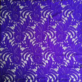 Schitterend kant voor kebaya's. Dieppaars, 142x224 cm. Goed voor twee kebaya's maat 42/44. Aan drie zijden een zelfkant. 100% elastische kanten rayon. Wasbaar op 30 graden