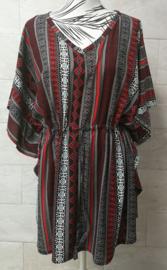Balinees tuniek jurkje, dé 2020 trend in Indonesie. Bali art rood/zwart. Bovenwijdte max 148 cm, taille max 148 cm, lengte 84 cm. Op maat te maken door tunnel met koord in de taille, één maat. 100% rayon.