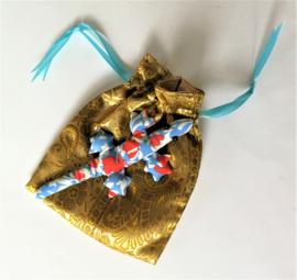 Baby Gekko 13 cm. De gekko staat symbool voor geluk, bescherming en een lang en vruchtbaar leven.  Wordt geleverd in een prachtig batik zakje met blauw lintje.