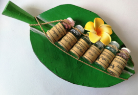 Houten bananenblad met 8 verschillende essentiele olietjes van 4,5 ml. Voor gebruik in een brandertje of verdamper. Kleuren Frangipani bloemetjes varieren.