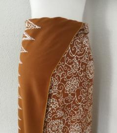 Exclusieve Balinese ceremonie sarong choco/wit. 110 X 170 cm Wasbaar op 30 graden. Met sarongknoop.