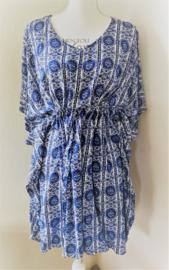 Balinees tuniek jurkje Bali blue, dé 2019 trend in Indonesie. Bovenwijdte max 1.40 cm, taille max 1.40 cm, lengte 86 cm.  Op maat te maken door tunnel met koord in de taille, één maat. 100% rayon.