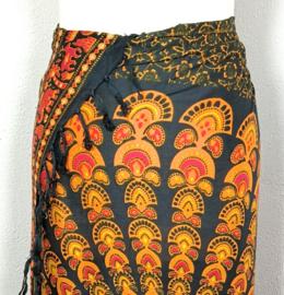 Sarong pauw, zwart/oranje/karmijn. Symbool van onsterfelijkheid.
