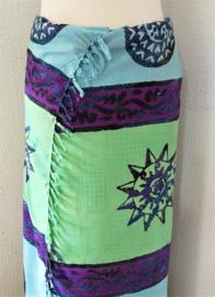 Dubbel batik sarong XL. Uit de Busana Agung collectie en gemaakt met de BingBatik techniek uit Indonesie. 115x 190 cm. 100% rayon. Wasbaar op 30 graden. Met sarongknoop.