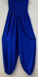 Jumpsuit 'Bali Blue' . Strapless gesmockt bovenlijfje, wijd uiteenlopende pijpen, elastiek in de enkels. 100% zacht glanzende rayon. Maat 36 t/m 42.