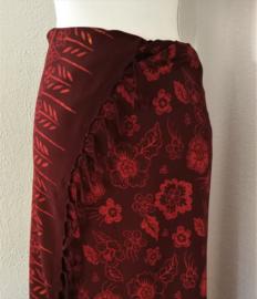 Schitterende batik sarong 'flowers' van zware kwaliteit. Uit Dian's collectie. 115x160 cm met sarongknoop. 100 % rayon.