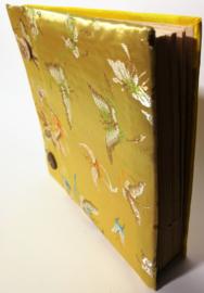Handgemaakt opschrijfboek. Ongebleekt rijstepapier met schitterende velourse stoffen kaft met kokosknopen. 20x23x1,5 cm.