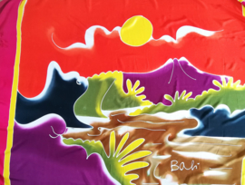 Bali strandlaken met franje, 'Kustlijn met vulkaan Agung'. 160 X 120 cm, 100 % rayon. Wasbaar op 30 graden. Met bloemetjes sarongknoop.