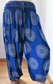 Broek 'Mandala' hemelsblauw. Met breed elastiek in taille/ heupband, sierkoordje aan voorzijde, opgestikt zijvakje en elastiek in enkels. Ruimvallende pijpen en normale hoogte kruis. 100% rayon. Binnenbeenlengte  70 cm Maat 44 t/m 52.