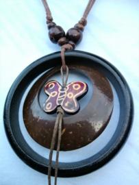 Vlinder ketting van kokosnoot met ring van palisander.  Lengte koord 26 cm, totale lengte 28 cm.