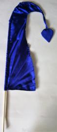Umbul Umbul vlaggetje nacht blauw 56 cm. Umbul Umbul betekent 'staart van de draak'. De vlag wordt in de grote versie van 3 meter ter bescherming gebruikt bij Balinese ceremonies. De onderkant van de vlag vrij moet hangen, om boze geesten te weren.
