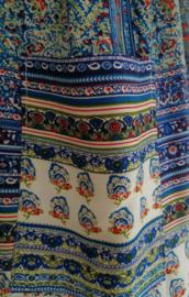 Broek '1001 nacht' hemelsblauw van zacht glanzende rayon. Met breed elastiek in taille/ heupband, sierkoordje aan voorzijde, opgestikt zijvakje en elastiek in enkels. Binnenbeenlengte 79 cm. Heupwijdte tot 1.20 m, taille tot max 90 cm. maat 44/46.