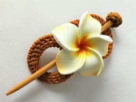 Knot speld. Bali rotan handwerk. Met wit/oranje frangipani bloem. 13,5 cm lang.