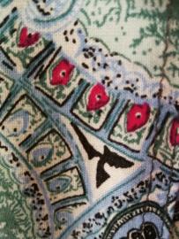 Weergaloos zomerse Balinese set. Kebaya blauw. Bovenwijdte tot 100 cm, taille tot 90 cm. Maxi rok met twee loopsplitten in prachtig paisley motief met blauw, groen en toefje karmijn. Elastische band achter. Heup 100 cm taille 75 cm. Lang 99 cm. Maat 40.