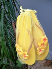 De echte Balinese teenslippers versierd met Frangipani bloemen. In een bijpassend netje. Maat 40