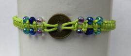 Macramé bracelet fluor groen. Met Balinees geluksmuntje, 29 cm. Max 1 product per bestelling.