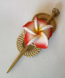 Knot speld. Bali rotan handwerk. Met rode frangipani bloem. 13,5 cm lang.