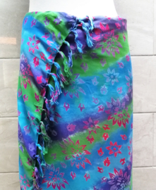 Batik sarong XL. Van extra zware kwaliteit. Uit de Busana Agung collectie en gemaakt met de BingBatik techniek uit Indonesie.  125 x 185 cm.  100% rayon. Wasbaar op 30 graden. Met sarongknoop.