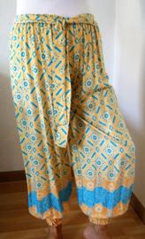 Broek 'Ali Baba', licht abrikoos. Elastiek in taille/ heupband. Wijde pijpen, brede sierband, breed elastiek in pijpen. 100% glanzende rayon. Maat 36 t/m 40.