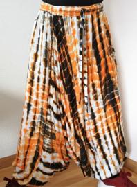 Prachtige Balinese harembroek tie dye oranje/zwart/wit.  Met elastische taille, laag vallend kruis en opgestikt zakje. Taille 84 cm, Beenlengte buitenzijde vanaf de heupband 95 cm. 100% rayon. Maatbereik 36 t/m 42.