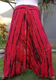 Balinese harembroek tie dye rood met elastische taille, laag vallend kruis en opgestikt zakje. Taille 84 cm, beenlengte 1.07 cm. 100% rayon.